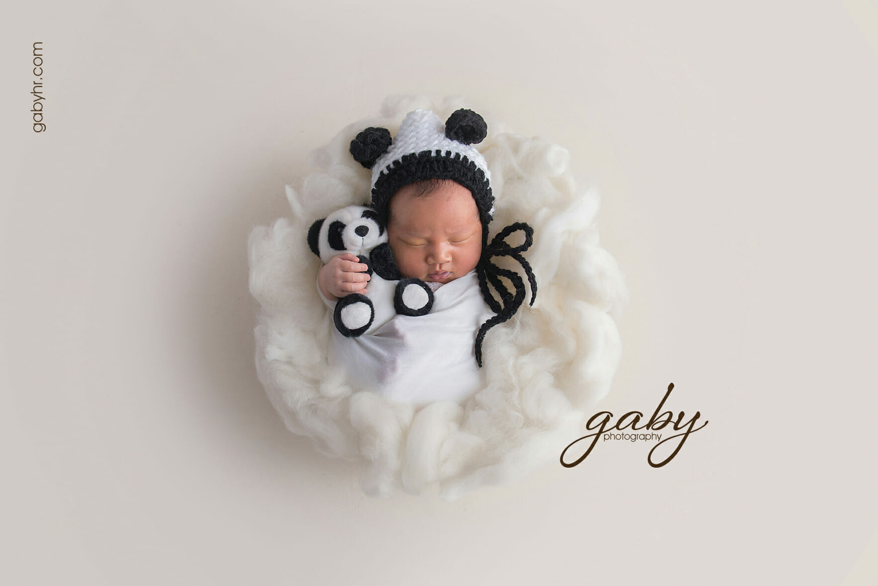 Studio or lifestyle photo shoot for your newborn baby – which is best?